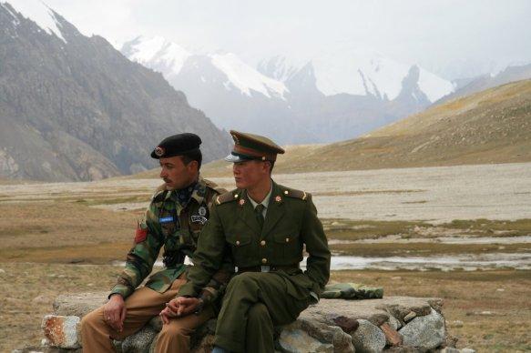 Chinese_and_Pakistan_border_guards_at_Khunjerab_Pass_IMG_7721_Karakoram_Highway